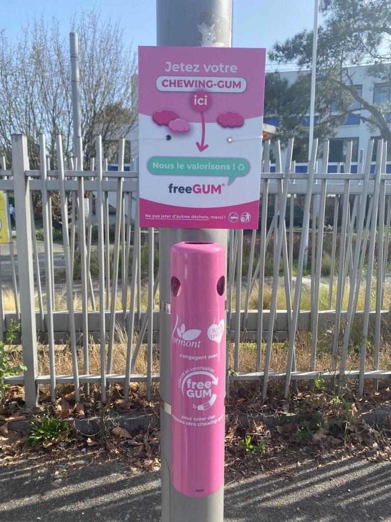 Borne de couleur rose pour collecter et valoriser les chewing-gums