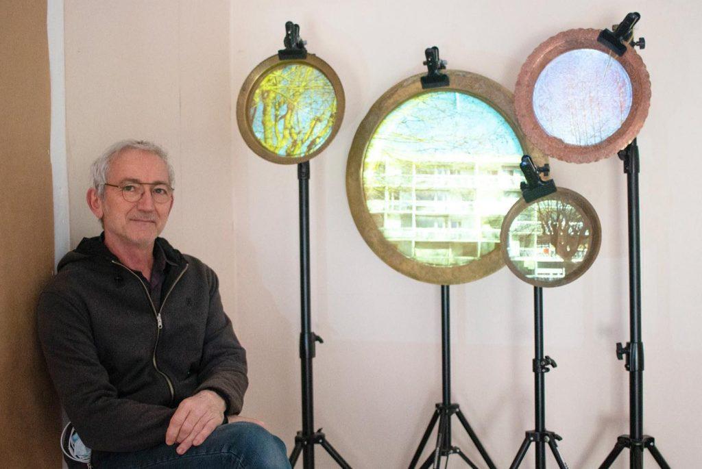 Eric Blosse devant une partie de son installation Haut-Plateau